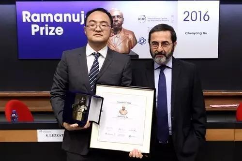 2016年在ICTP领取拉马努金奖,和ICTP主席Fernando Quevedo合影