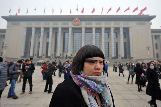 """2014年,記者佩戴""""採訪神器""""谷歌眼鏡參加兩會。@視覺中國"""