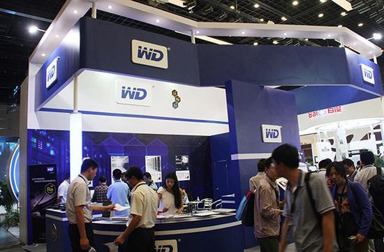 传闻西部数据率财团夺标东芝芯片业务。图为西部数据公司(WD)展台。视觉中国资料图