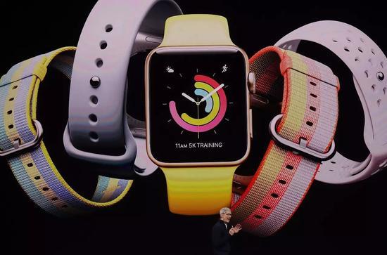 發布會上,庫克在展示Apple Watch。@視覺中國