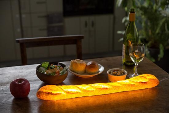 放置在桌上的法式长棍面包灯