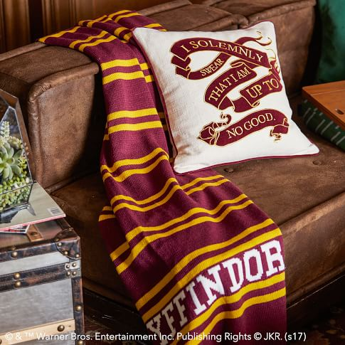 虽然不能去上学,但至少可以买个有学院标志的书包或者围巾过过瘾啊。