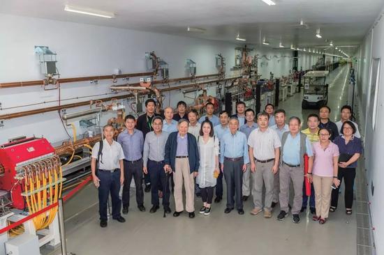 图2 2017年9月14日,杨振宁先生参观上海软X射线自由电子激光装置(上海光源提供)