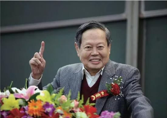 图6 2010 年4 月10 日,杨振宁先生在清华学堂物理班开班仪式上