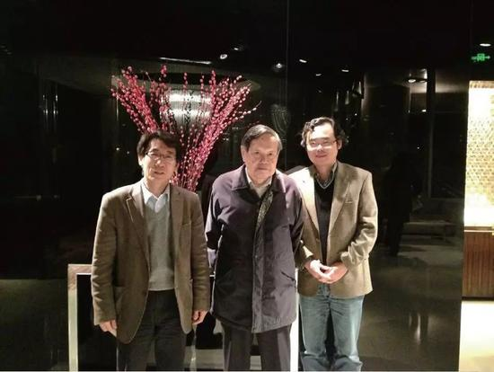 图1 杨振宁先生与薛其坤(左)、王亚愚(右)合影