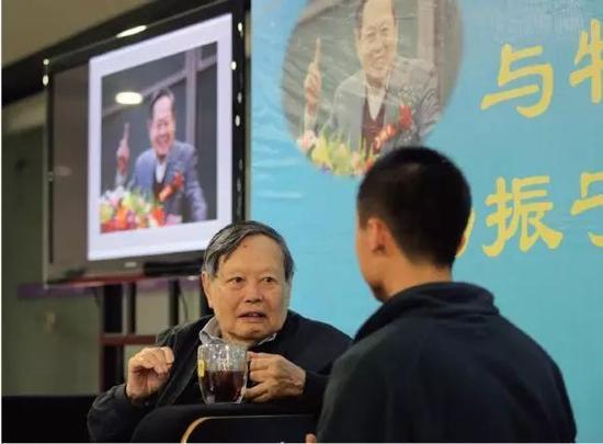 图7 杨振宁先生在清华学堂物理班做报告的时候,学生上台提问,他在认真聆听