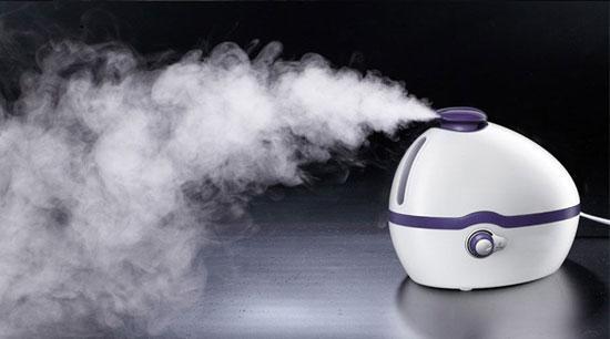 室内长期开空调容易造成空气干燥,通常人们会使用加湿器。加湿器要如何使用才能达到增加空气湿度的效果,使用过程中又有哪些危害呢?