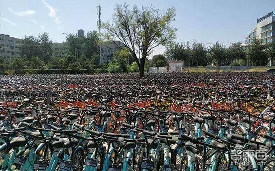 北京,大量共享单车被锁在工地中