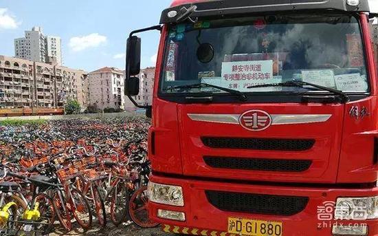 上海,运载违规单车的市政货车停在场中