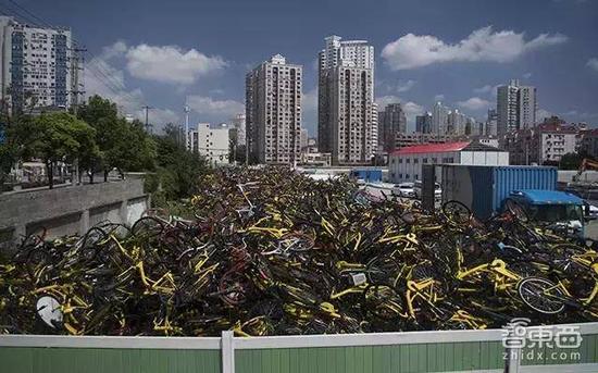 上海,单车堆起高出墙头