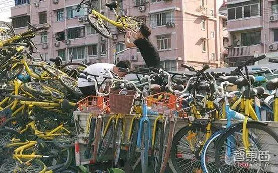 """上海,工作人员正在""""扔车"""""""