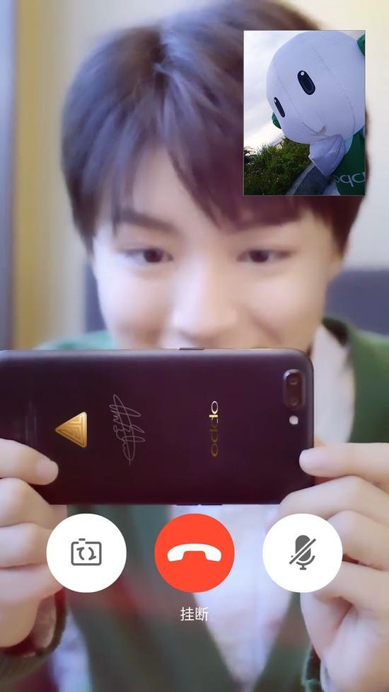 OPPO明星家族的王俊凯在使用OPPOR11定制版通话(图片引自微博)