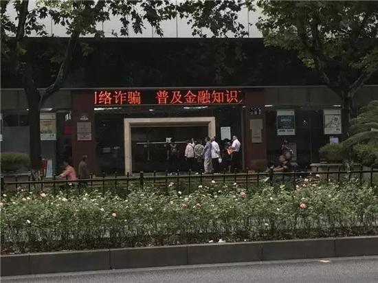 """下午14时左右,上海南京东路店内一位负责人要求安保人员将""""请于此处排队""""的标志牌撤下,""""太难看了。"""""""