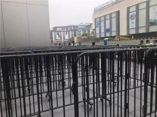 8:43,保安们忙碌了起来,忙着撤栅栏……