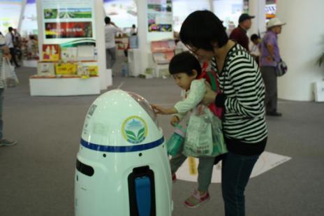 观展市民被机器人所吸引