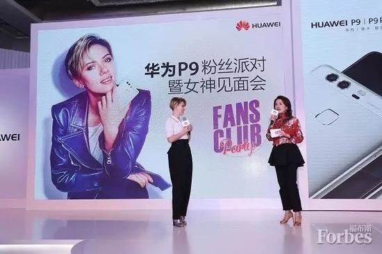 """通过""""牵手好莱坞""""活动,拉通了华为全球的品牌和营销,左为斯嘉丽女士,右为张晓云女士。"""
