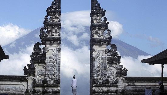 时隔54年印尼阿贡火山或将再喷发 超过75000人大撤离