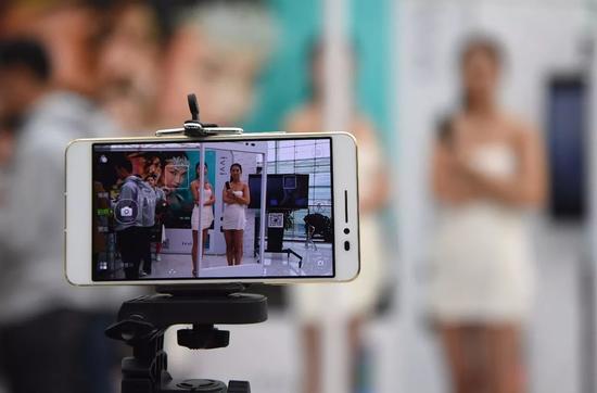 2014年酷派全新子品牌ivvi的第二款新机ivvi S6全球首发时的场景。@视觉中国