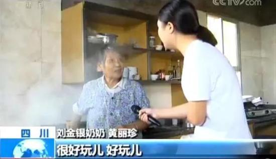 记者采访的当天,刘金银在直播软件上向网友预告下午将直播野外烧烤。刘金银的父亲帮他准备起直播用的道具。