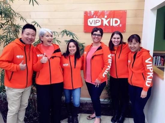 △VIPKID团队与老师们在美国办公室合影,最右为米雯娟