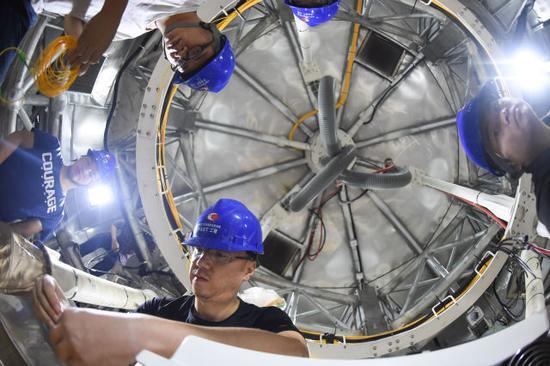 工作人员在FAST馈源舱内工作(8月10日摄)。 新华社记者 欧东衢 摄