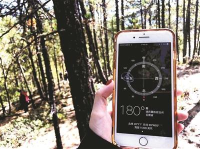 """寻找陨石的科研人员在用手机定位。本文图片均来自北京青年报""""火流星""""坠落香格里拉"""