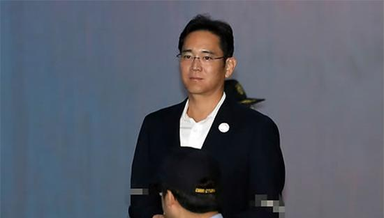 10月12日上午,在首尔市高等法院,李在镕出庭受审。