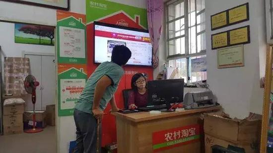 △闫珍在为村民介绍天猫上一款治疗关节炎的日本膏药