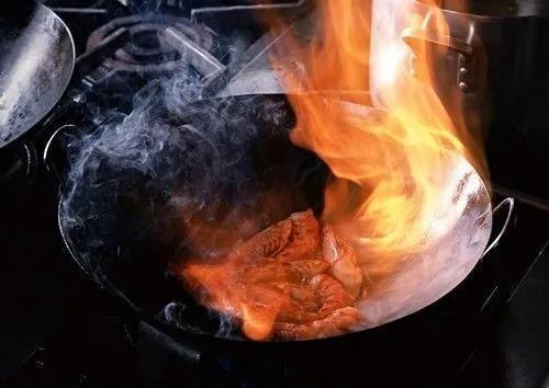 高溫烹調食品時苯並芘等多環芳烴類物質的主要來源為:多次使用的高溫植物油、油炸過火、爆炒的食品都會産生這種物質。