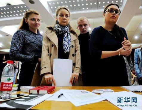 资料图:外国留学生在中国招聘会