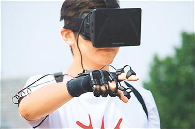 图为演示者用动作捕捉技术玩体感游戏。(图片来源:人民网)