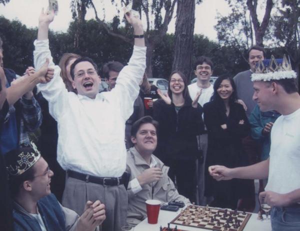 蒂尔(图右)和萨克斯(白衬衫举手者)在PayPal公司聚会上