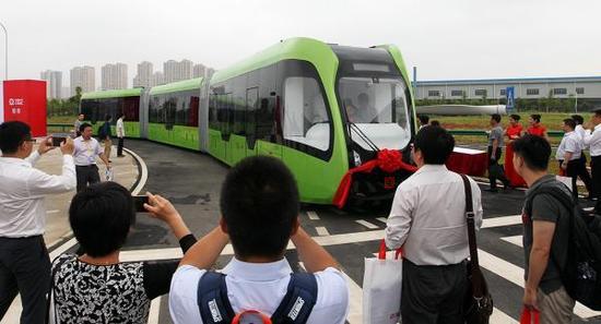 全球首列虚拟轨道电车在湖南株洲试运行。视觉中国 图