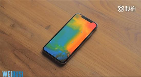 从图片来看,iPhone X的屏幕截图并没有那块黑色的刘海,而是正常的长方形。