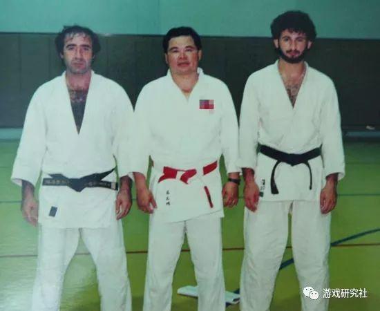 中间的就是柔道教练吴正明,右一就是当年24岁的本·拉登