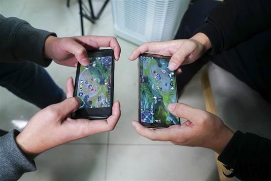 ↑↑↑除了高帧率外,《王者荣耀》也尚未适配iPhone X的全面屏