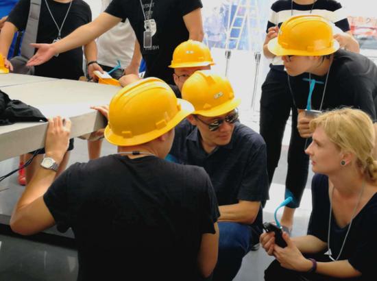 试营业前一天林斌训店,正在跟设计师一起查看水泥板的质量