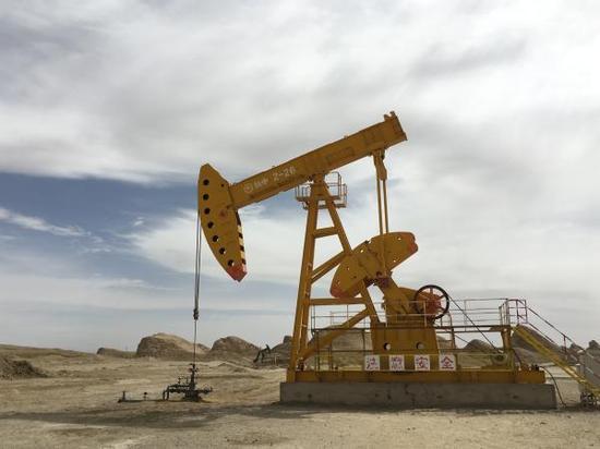 青海大柴旦镇附近的石油开采。 澎湃新闻记者 蒋晨悦 图
