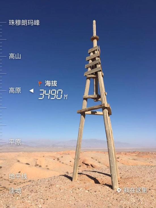 遗留在红崖最高点的木质三脚架。 张清哲 图