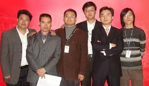 图:成立初期创始人合影,左二为吴文辉