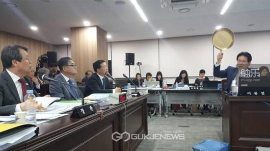 """韩政府一直将游戏作为国家重要产业,近期有议员高举""""吃鸡""""里的平底锅支持游戏产业"""