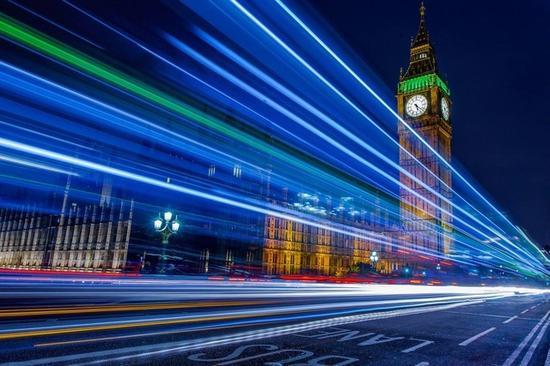 使用较低的视角直接在路边拍摄,会得到以光线为主题的慢门作品