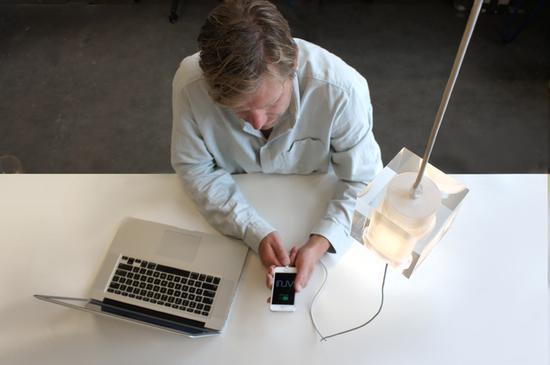 有了这款灯具,人们可以将设备连接至天花板充电,地面上再也不会有恼人的杂乱电线了