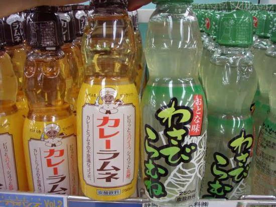 黄色包装的是咖喱和柠檬水的混合饮料