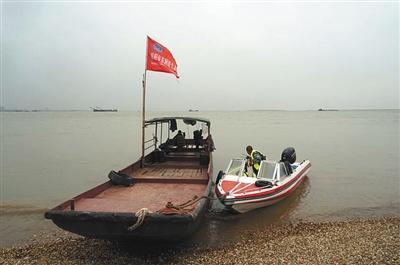 岳阳市东洞庭生态保护协会志愿者准备对洞庭湖进行巡护。