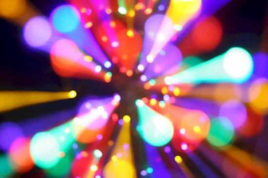 对着灯光作虚焦和变焦爆炸,会产生有趣漂亮的效果!(Photo by jah)