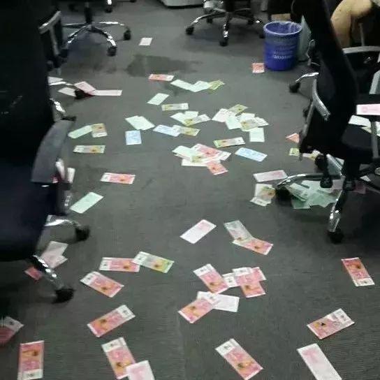 ▲供应商在小蓝单车深圳分公司讨债。图@《财经天下》周刊