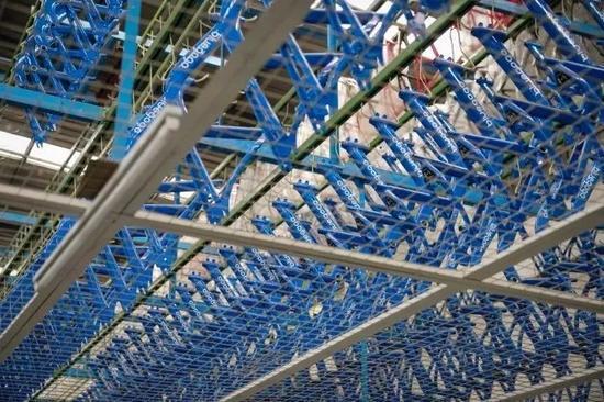 ▲天津某自行车厂商内的小蓝单车生产线。@视觉中国