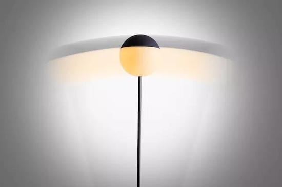 一款无线摇摆落地灯 适合放置在家中任何位置