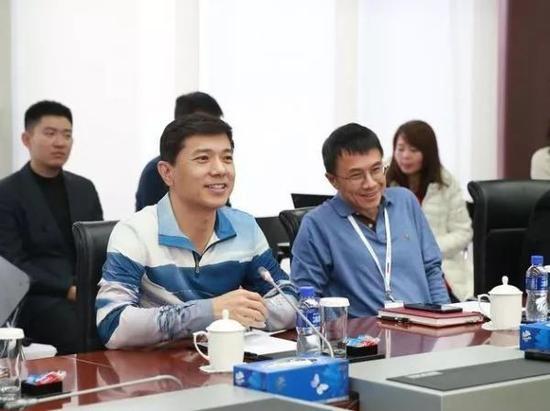 图:李彦宏向媒体介绍陆奇